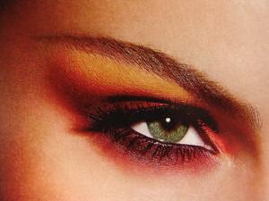 Фиолетовый цвет делает глаза зеленее